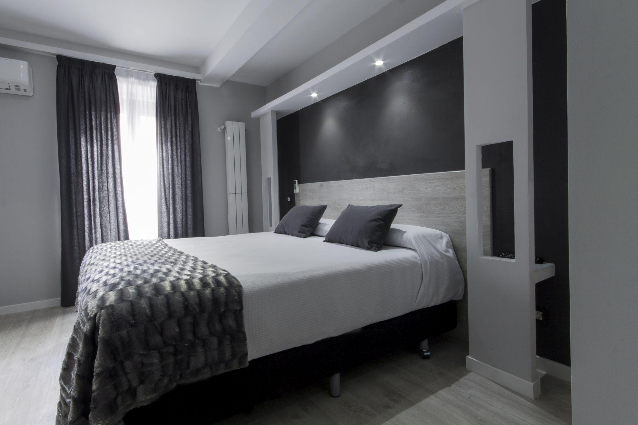 Suite con balc n hostal overnight madrid for Hostal diseno madrid