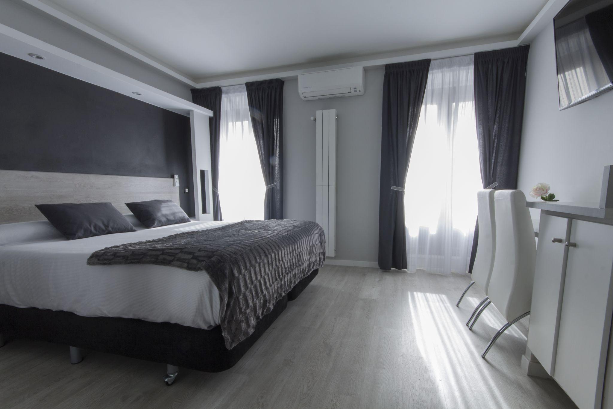 Habitación doble superior con balcón Hostal Overnight Madrid